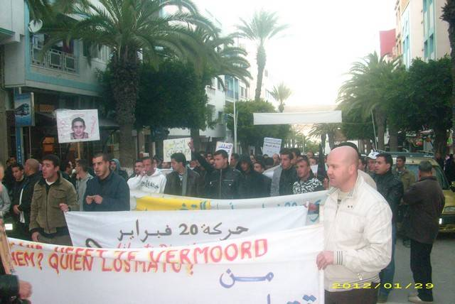 حركة 20 فبراير بالحسيمة تخرج إلى الشارع وتنادي برحيل العسكر عن المدينة