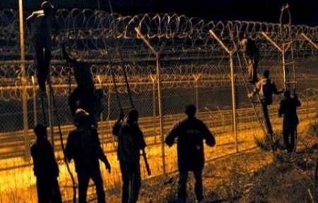 500 مهاجر أفريقي يهاجمون سياج مليلية صباح اليوم و 100 منهم ينجحون في العبور