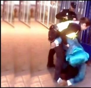 شاهد : شرطية إسبانية ترمي مواطنة من الناظور أغمي عليها في المعبر الحدودي لمليلية المحتلة !