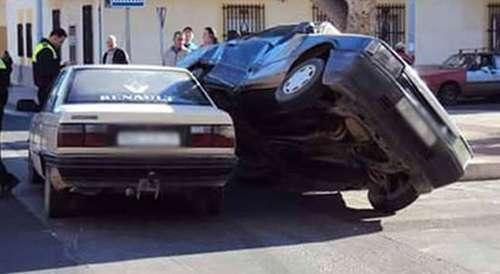 +صور: التزاحم وراء حادثة سير غريبة بين سيارتي تراباندو بمليلية!!