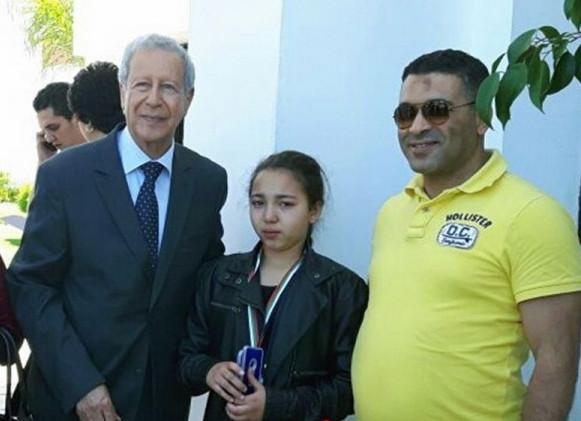 الوزير بلمختار يتوج ابنة بني انصار التلميذة أميمة الطالعي بميدالية تحدي القراءة العربي