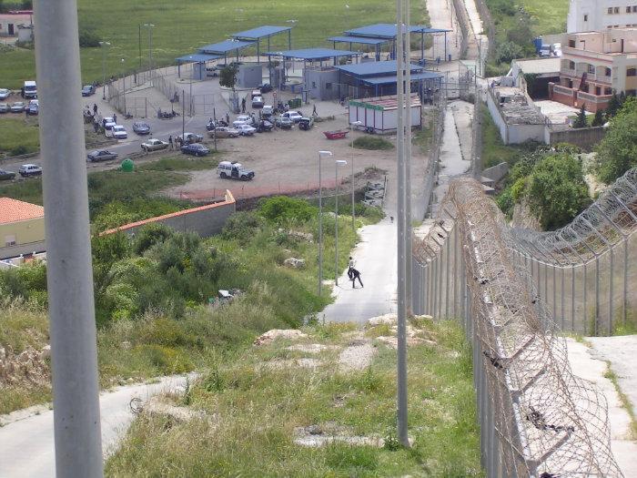توقيف جزائريين بمعبر باريوتشينو الحدودي حاولا التسلل إلى مليلية