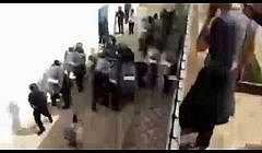 شاهد فيديوهات خطيرة: مواجهات عنيفة بين قوات الامن و انصار الزفزافي اثناء محاولة اعتقاله بالحسيمة