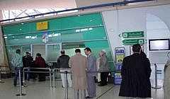 """مثير: مسافرة فرنسية تشتكي.. موظفو مطار الناظور """"يسرقون"""" منا قنينات الزيت بهذه الطريقة الغريبة؟؟"""