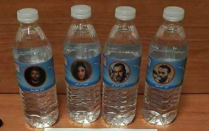 +صور: نشطاء يوزعون قنينات ماء عليها صور الزفزافي و معتقلي حراك الريف على البواخر التي تعيد المهاجرين للمغرب