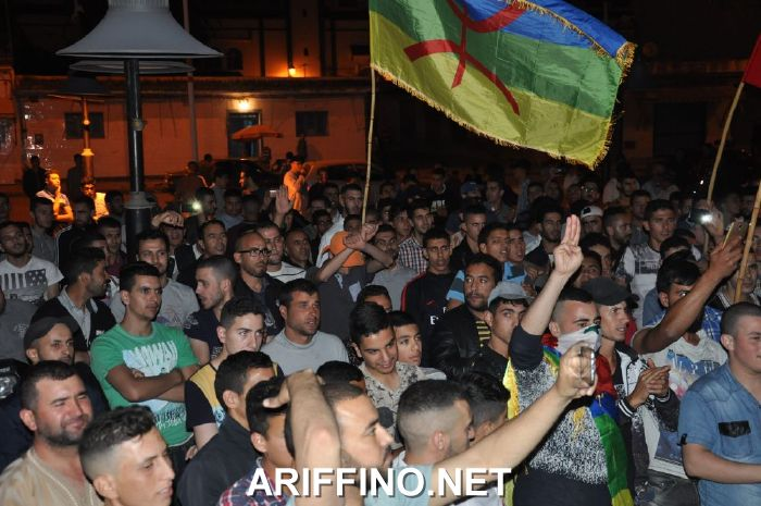 +صور و فيديو: مسيرة ليلية ببن الطيب للمطالبة باطلاق سراح معتقلي الحراك الريفي …
