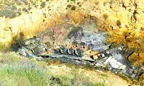 +صورة: شاحنة كبيرة تهوي في منحدر وتحترق بالكامل على الطريق بين الناظور و الحسيمة
