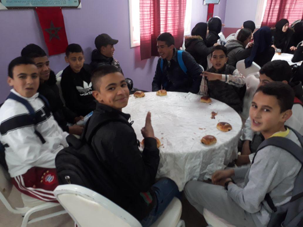 +صور الناظور: بادرة طيبة ، جمعية آباء التلاميذ بإعدادية الريف توفر فطورا جماعيا لتلاميذ المؤسسة الممتحنين