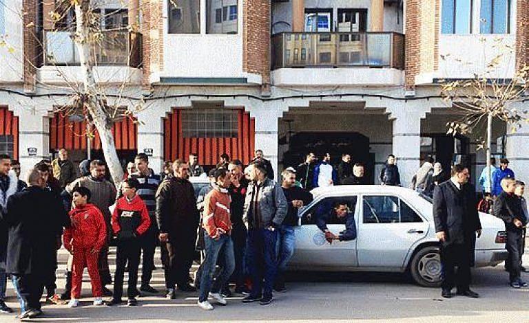 +صور: شلل و فوضى بالناظور بعد إضراب سائقي سيارات الأجرة الكبيرة