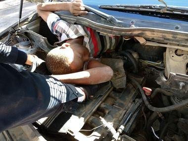 """+صورة: """"سيارة انتحارية"""" تخترق معبر بني انصار وبداخلها 4 مهاجرين سريين"""