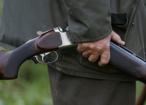 ريفي غاضب يهاجم منزل جاره و يطلق النار عليه و على ابنه لهذا السبب؟