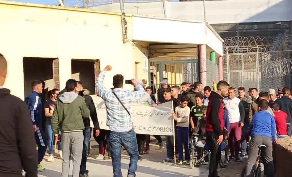 """+صور: مسيرة إحتجاجية تطالب بفتح معبر """"ماري واري"""" بالناظور"""