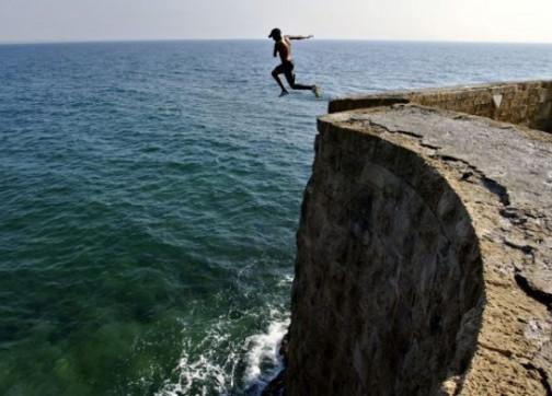 فاجعة+صور.. شاب يضع حداً لحياته شنقا قرب ميناء الحسيمة!