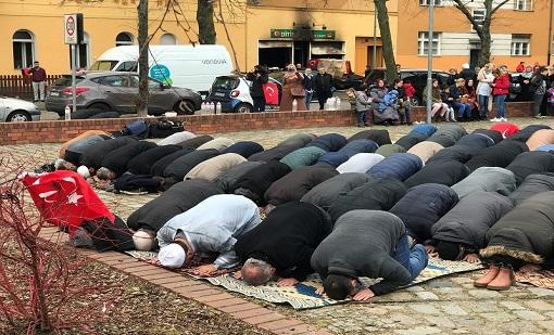 مسلمون يصلون خارج مسجد تعرض لاعتداء بزجاجات حارقة ببرلين (صور)