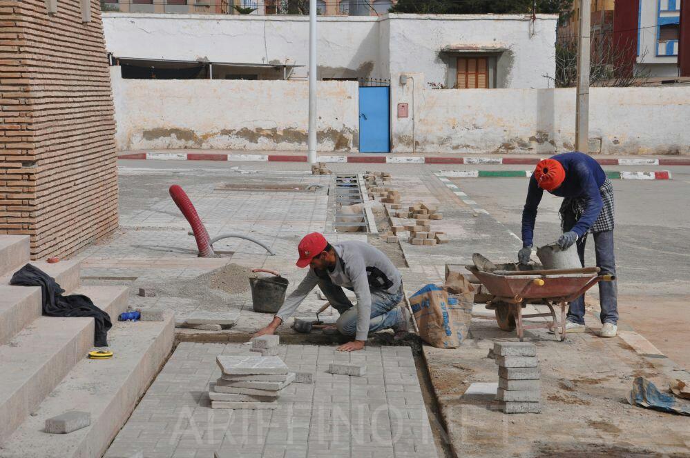 شاهد الصور : انتهاء اشغال تبليط ساحة بناية المركب المتعدد التخصصات بمدينة بن الطيب