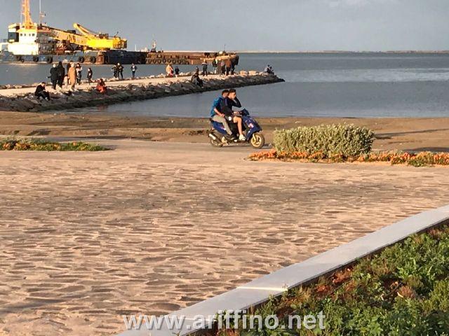 بالصور…الدراجات النارية داخل المساحات الخضراء بكورنيش الناظور مسؤولية من …؟ !