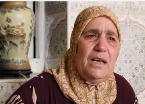 """بعد دخوله في إضراب عن الطعام.. والدة الزفزافي للمسؤولين: """"أولادكم كياكلو وأولادنا مرميين في السجون"""" – فيديو"""