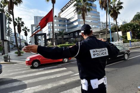 غريب: مسؤول أمني يطارد السيارات الفارهة في شوارع الناظور