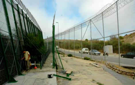 اسبانيا تقرر ازالة الشفرات الحادة من السياج الحدودي بين الناظور  ومليلية لهذا السبب؟