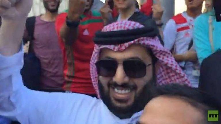 +فيديو: مشجعون مغاربة يشتمون ال الشيخ في شوارع روسيا بعد قيادته تحالفا عربيا اسيويا ضد المغرب و هكذا رد عليهم؟