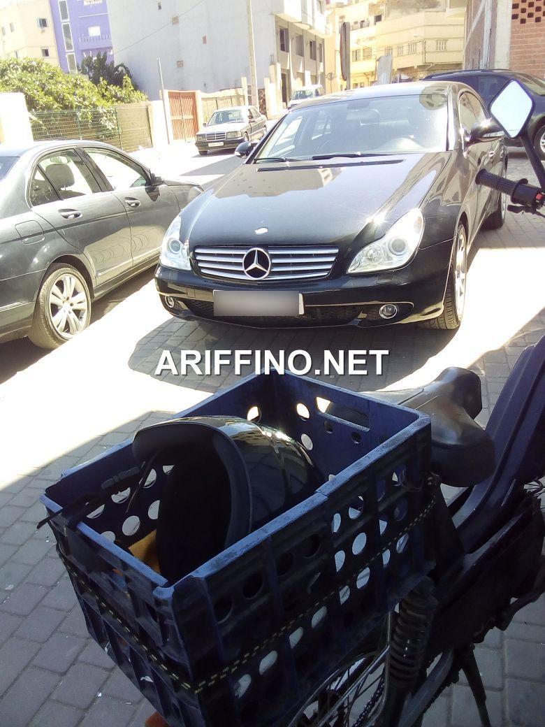 +صور: سيارة غريبة تحتل رصيف الراجلين بباب المقاطعة 1 بالناظور