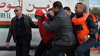+صور و فيديو: مختل عقليا يقتحم مسجدا و يهاجم الشرطة في الناظور