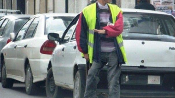 مواطنون بالناظور يستنكرون تنامي ظاهرة حراس مواقف السيارات العشوائيين ويطالبون بالتدخل