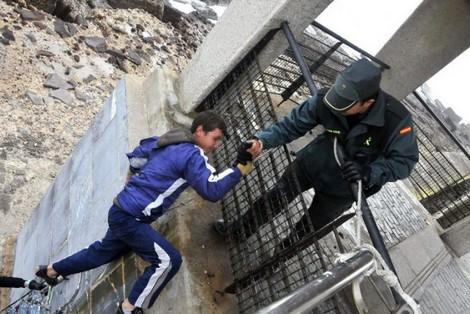 إيقاف 100 طفل مغربي حاول العبور من الناظور إلى مليلية