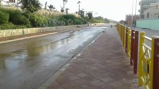 +صور و فيديو: انفجار قناة مياه يغرق مدخل الناظور و يهدد منازل السكان