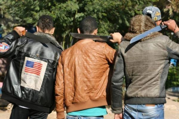 عاجل+خطير: عصابة مسلحة تهاجم المواطنين بمدخل الناظور