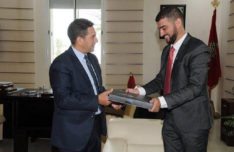 + صور : وزير التعليم يكرم أستاذ نواحي الحسيمة المتعاقد الذي استقبل تلامذتها بهذه الطريقة..