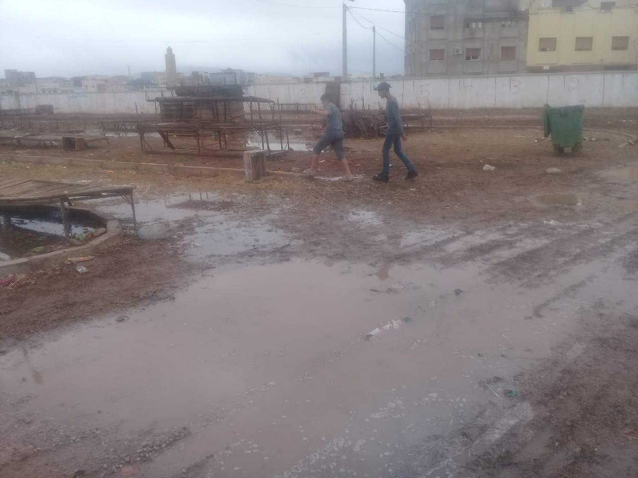 + صور :أمطار الخير تفضح البنية التحتية للسوق الأسبوعي بسلوان وسط صمت المسؤولين ..