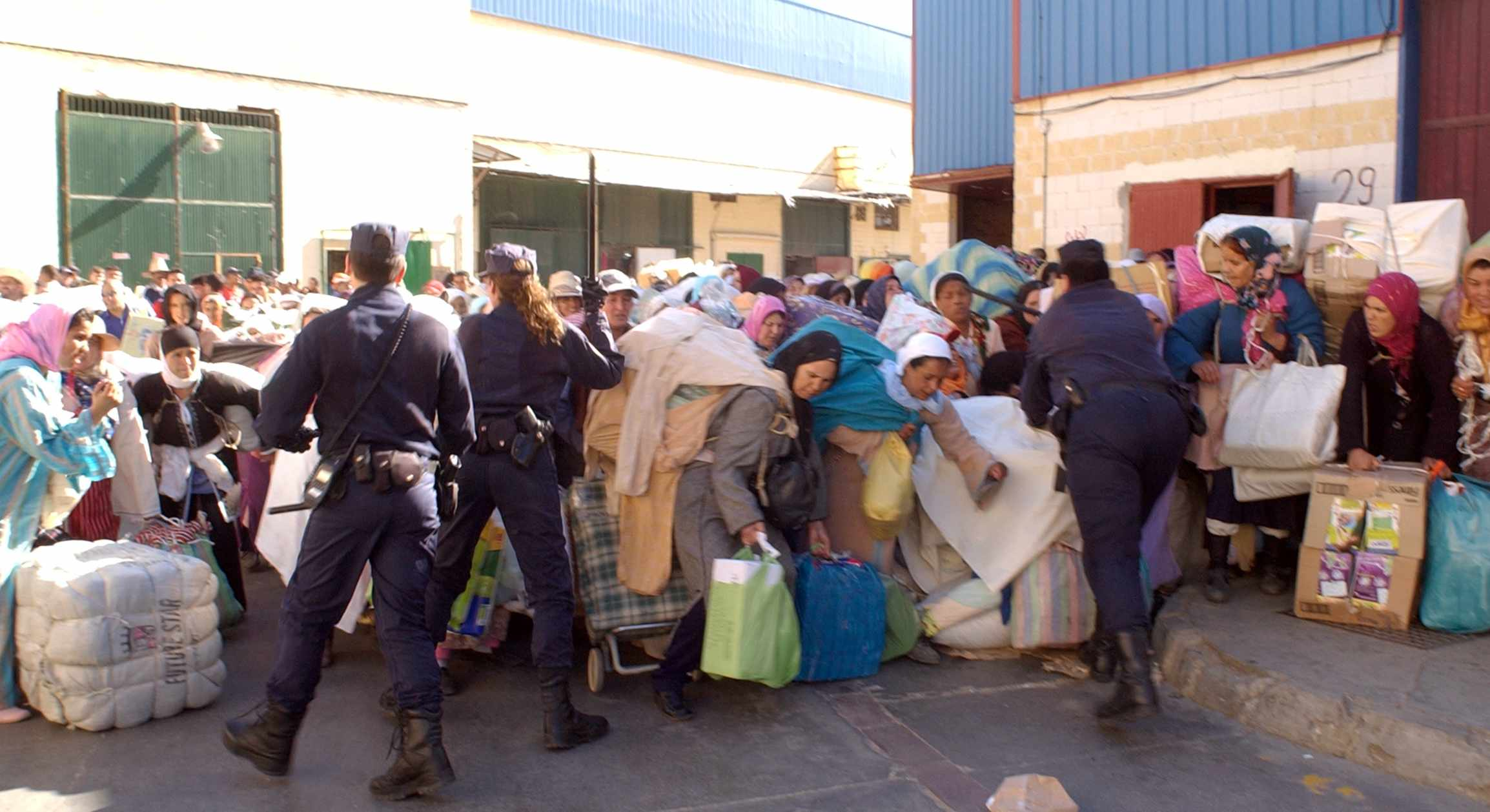 """توقف التهريب المعيشي ببني انصار ودوريات تصادر منتجات إسبانية:مليلية تحت حصار الجمارك و """"المخازنية"""" ؟؟"""