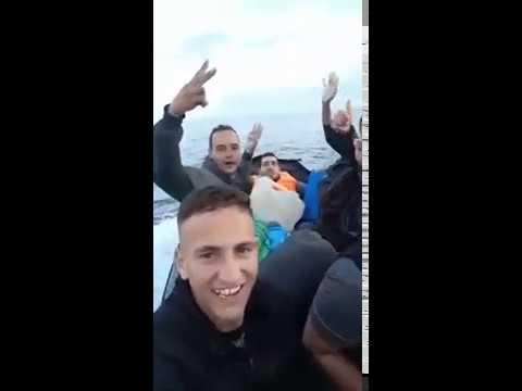 فيديو جديد لشباب من اركمان الناظور في غاية السعادة و هم يغادرون على متن قوارب الموت