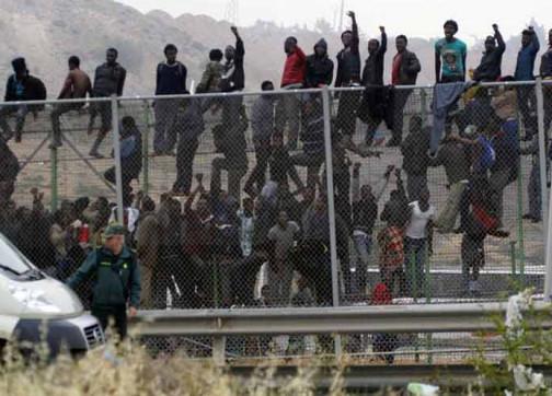 200 مهاجر من دول جنوب الصحراء ينجحون في اقتحام السياج بين الناظور و مليلية بينهم قتيل