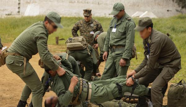 إصابة 12 جنديا مغربيا أثناء منع مهاجرين من الوصول لمليلية نقلوا إلى مستشفى الناظور