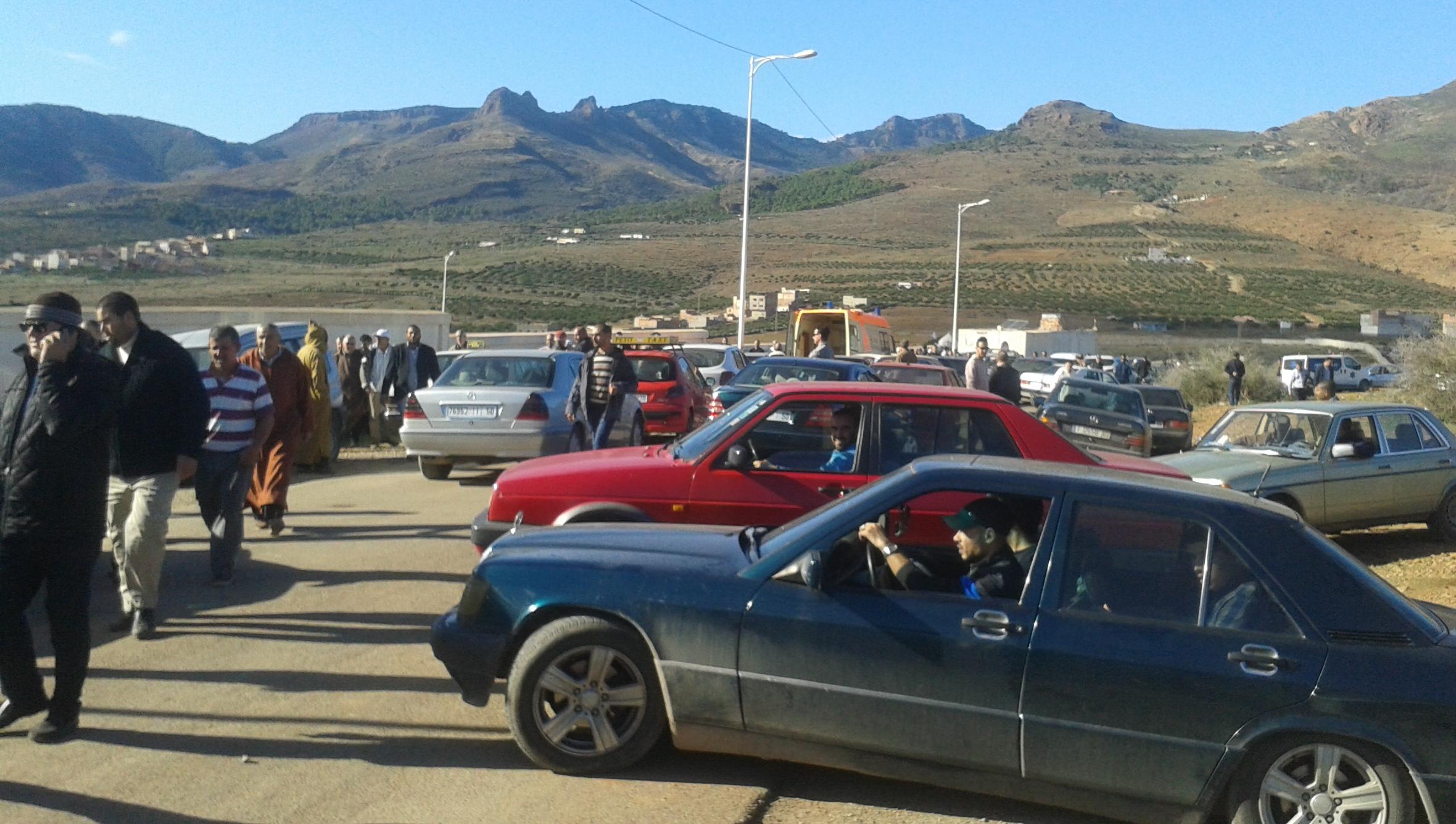 """+صور: اختناق مروري شديد أمام مقبرة الناظور الوحيدة """"سيدي سالم"""" يجبر سيارات نقل الجنائز على التوقف بعيدا عن مقصدها"""