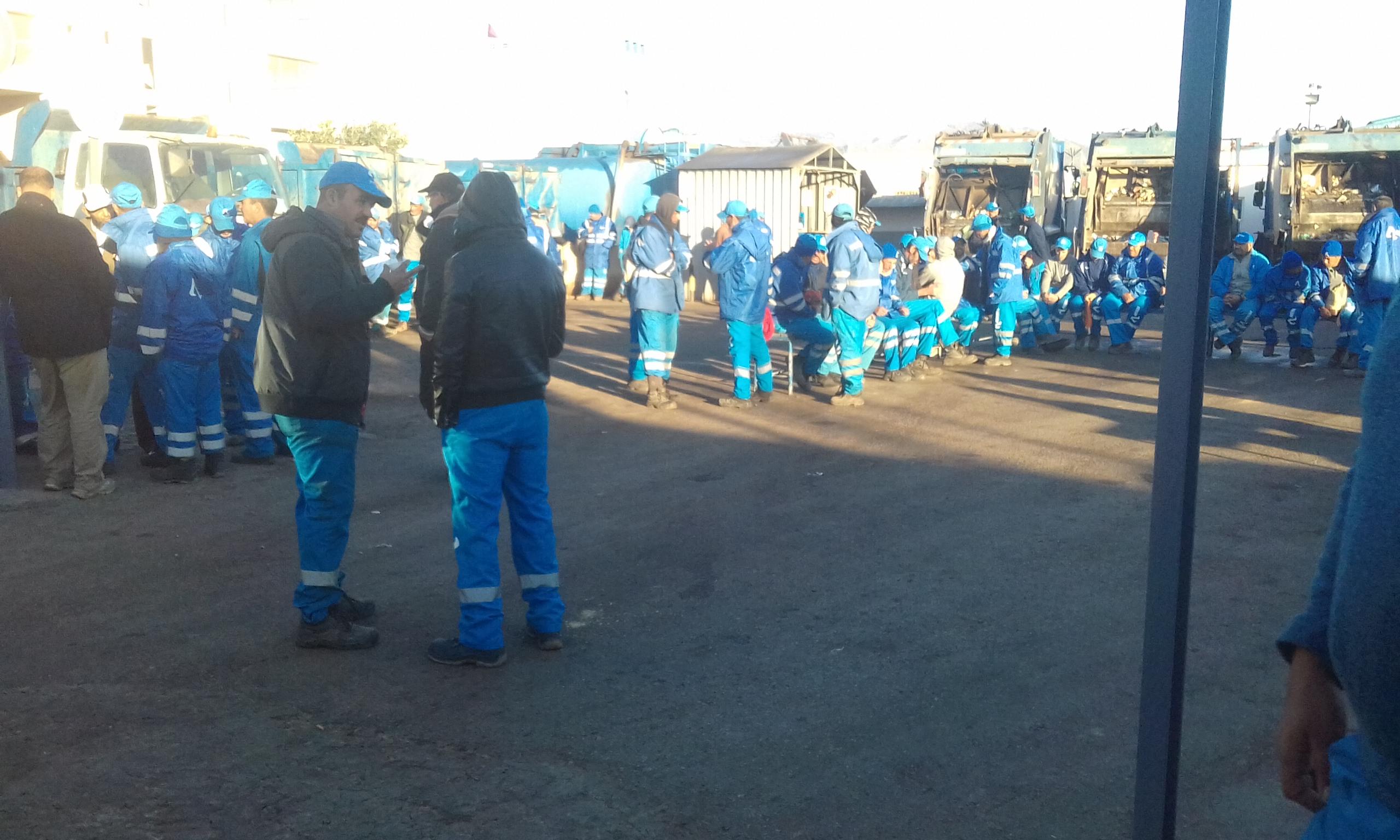 الناظور+صور و فيديو: عمال شركة افيردا يخوضون صباح اليوم إضرابا عن العمل