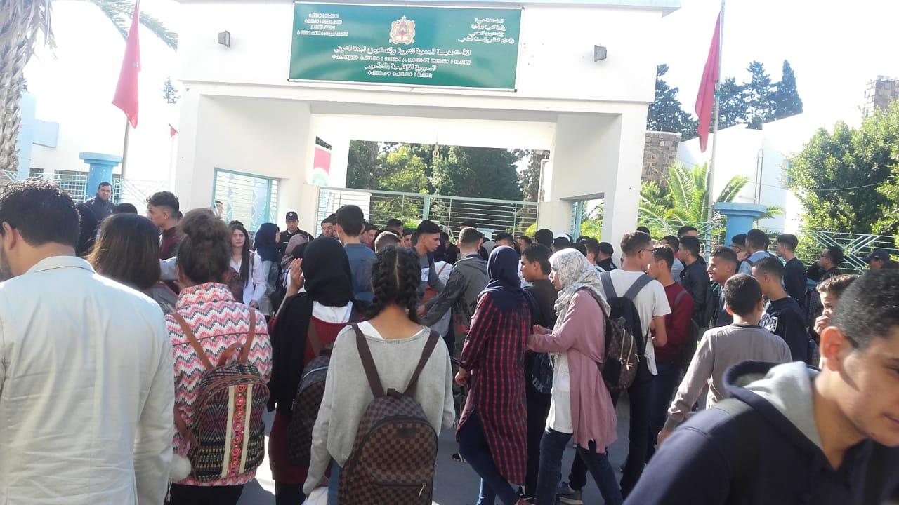 عاجل+صور و فيديو: لليوم الثاني..تلاميذ 7 ثانويات بالناظور في مسيرة ضخمة احتجاجا على الساعة الجديدة