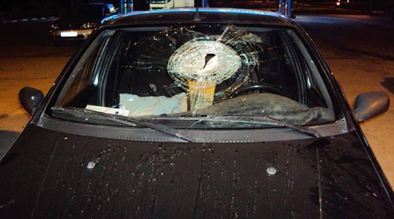 خطير.. مجهولون يرشقون السيارات بالحجارة على الطريق بين الناظور و زايو