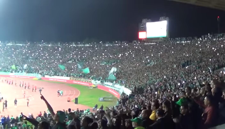 + فيديو : أروع منظر حينما يتغنى جمهور الرجاء في نهائي كأس الاتحاد الافريقي بهموم الشعب