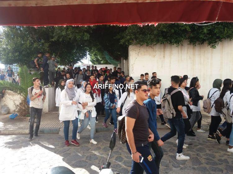 عاجل+صور و فيديو: تلاميذ كل ثانويات الناظور يتجمعون للاحتجاج امام مديرية التعليم