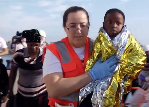 """الناظور: إنقاذ 37 مهاجرا سريا بينهم 26 إمرأة وقاصرين ورضع في جزيرة """"شافاريناس"""" ـ صور"""