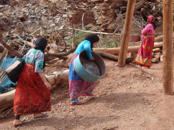 """تقرير يرصُد منْع النساء من الهاتف في مناطق بـ""""الناظور والدريوش والحسيمة"""""""