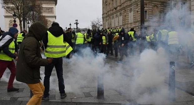 شاهد فيديو..الغضب يشل فرنسا وشوارعها تحت رحمة المتظاهرين والمدرعات