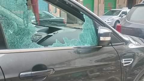 +صور: مختل عقليا يثير الفوضى وسط الناظور و يحطم زجاج السيارات