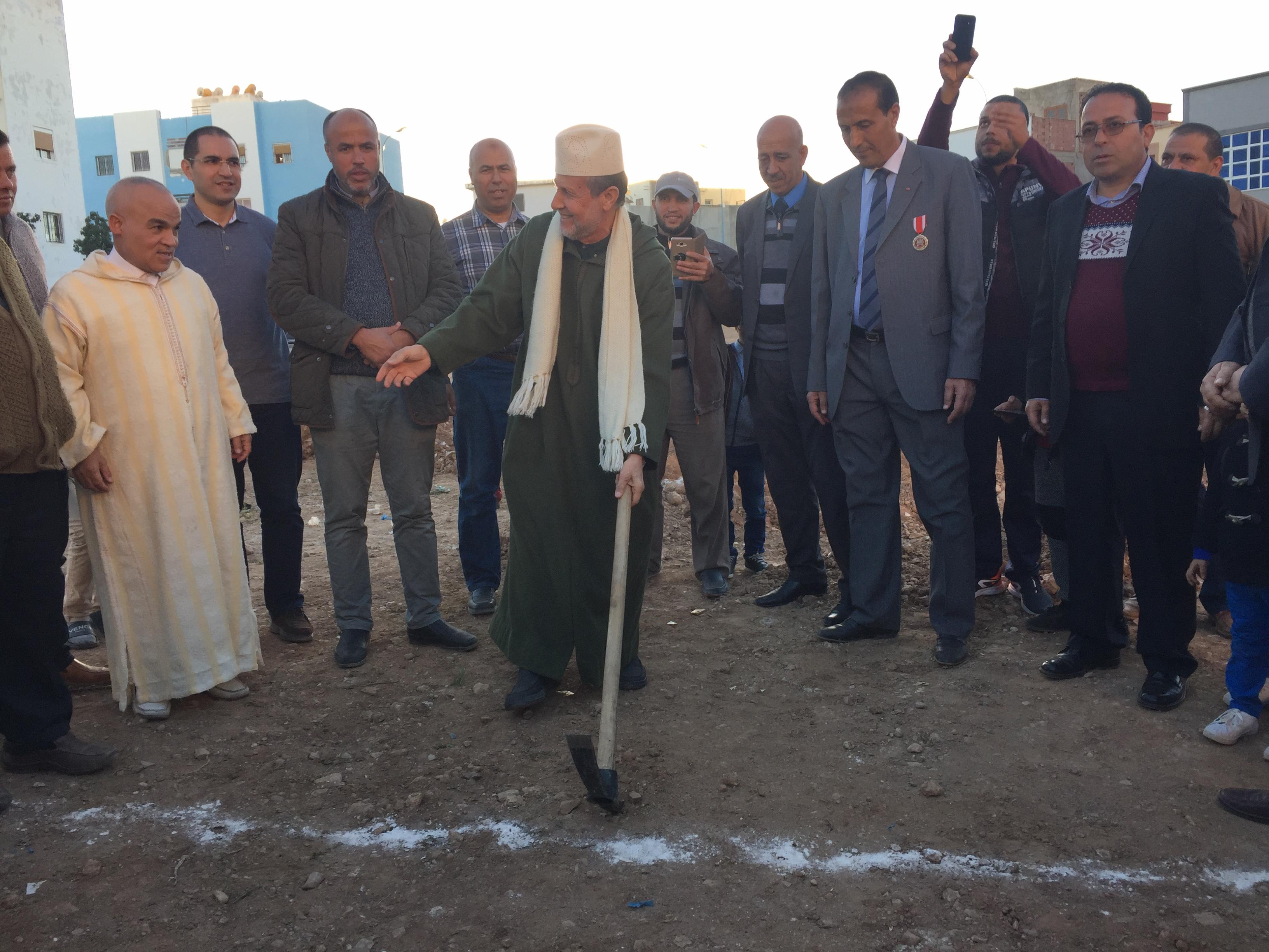 شاهد بالصور ..رئيس المجلس العلمي بالناظور يعطي الانطلاقة الرسمية لبناء مسجد الكوثر