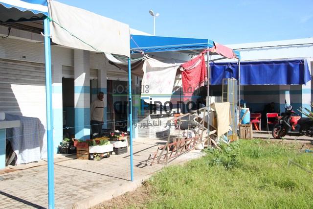 روبورتاج: أريفينو تتجول بكم داخل سوق السمك و الخضر الجديد بالناظور و رئيس الجمعية يشتكي من الحالة المزرية التي آل إليها السوق بعد الرياح الأخيرة