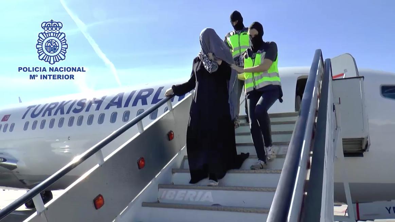 الأمن الإسباني يعتقل إمرأة وابنها بعد محاولتهما تهريب شاب من الحسيمة