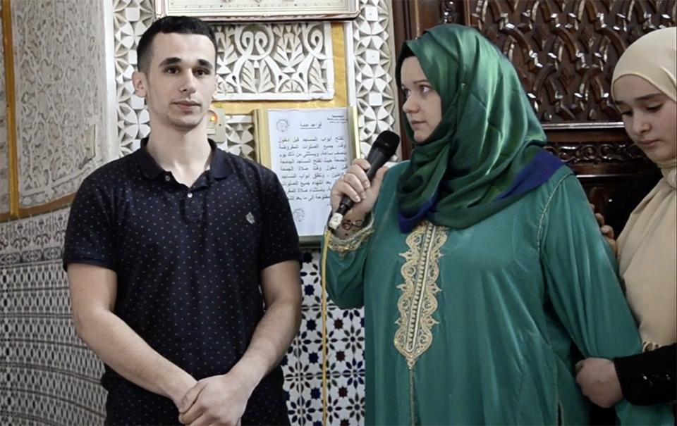 في مشهد مؤثر.. هنغارية تعلن إسلامها من أحد مساجد الناظور -صور